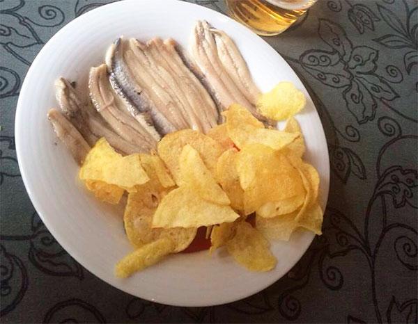 Boquerones en vinagre con patatas fritas