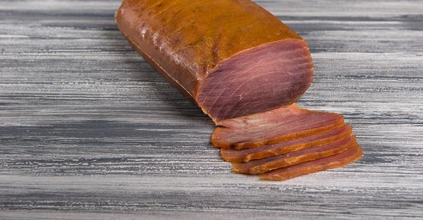 Carpaccio de atún ahumado con aceite de oliva y vinagre de mango