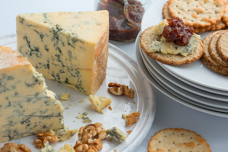 Stilton-cheese,-oatcakes,-crackers-and-fig-chutney--